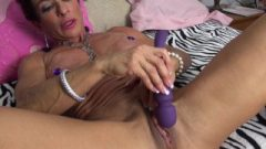 Muscular Anna Phoenixxx Plays With Her Massive Clit