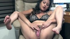 Daniela Flor Sits Back To Masturbate And Climax