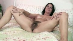 The Sensual And Mature Cougar Kaysy Strips In Bed
